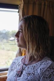 jonge vrouw in bus